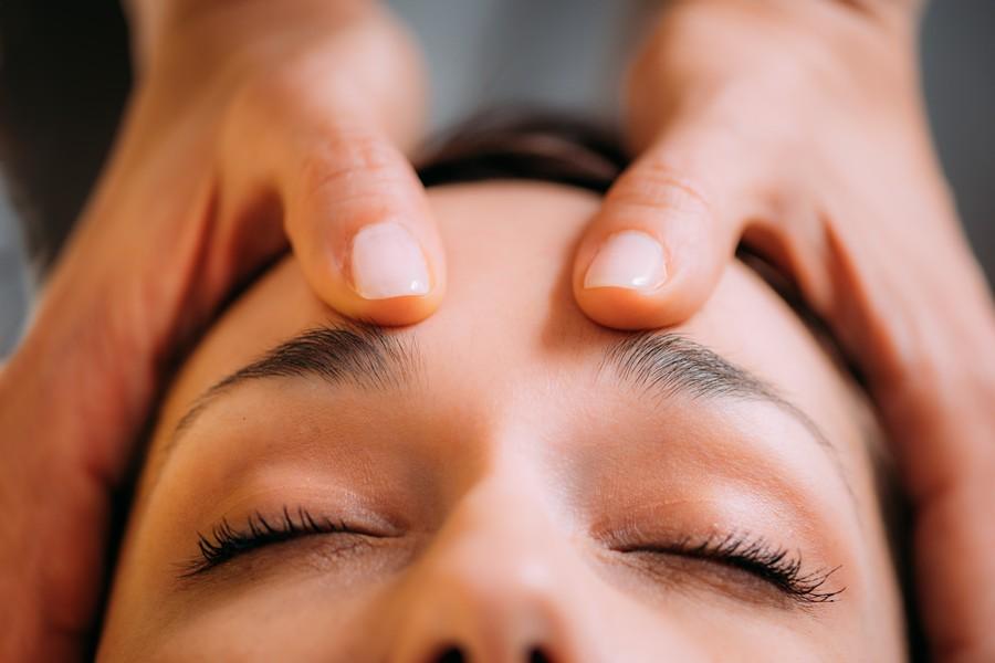 Femme qui se fait masser le visage